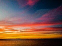 Entre mas nubes tengas en el cielo mas colorido será tu atardecer.
