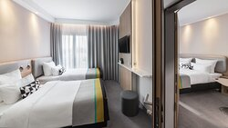 Connecting twin and double bedrooms, suitable for families.