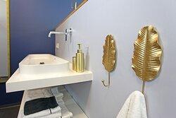 Nos salles de bains sont ouvertes avec un grand douche italienne. Toilette séparé.