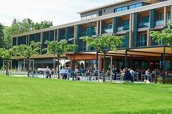 Wellness-, Gesundheits- und Seminargäste finden in den 106 Zimmern und den drei Seevillen zeitgemässen Wohlfühl-Komfort.