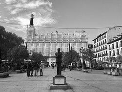 Madryt i dzielnica Literatury. Jeden z ładniejszych placów, plac św. Anny.   @coWmadrycie, to licencjonowani przewodnicy po Madrycie i okolicach. Zapraszamy na wspólne zwiedzanie Madrytu i jego okolic, a także innych regionów Hiszpanii.  Więcej na stronie https://www.cowmadrycie.pl/