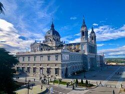 Madryt. Katedra Almudena. Została poświecona przez naszego papieża, św. Jana pawła II w 1993 r.    @coWmadrycie, to licencjonowani przewodnicy po Madrycie i okolicach. Zapraszamy na wspólne zwiedzanie Madrytu i jego okolic, a także innych regionów Hiszpanii.  Więcej na stronie https://www.cowmadrycie.pl/