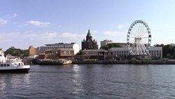 Domina il porto insieme alla ruota panoramica