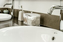 WC trang bị khăn tay, tăm bông và bông tẩy trang chu đáo cho khách