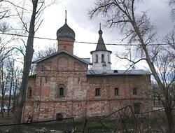 Церковь Благовещения с трапезной палатой с северной стороны. За ней видна колокольня.