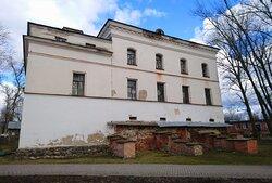 Южный фасад сохранившегося здания церкви Михаила Архангела. У нижней части обнажена каменная кладка. Это сохранившиеся до настоящего времени части стен 14-15 века. Все стены выше относятся к постройке 19 века.