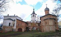 Церкви Михаила Архангела (слева) и Благовещения с трапезной палатой (справа), соединенные галереей с колокольней. Вид с востока.