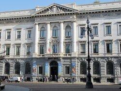 La facciata in Piazza della Scala