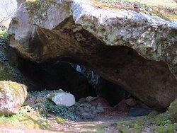 Cavità naturali create dall'accatastamento disordinato dei massi di peperino