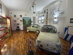 sala auto con quadro realizzato a mano