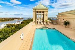 Family-friendly hot tub and pool with a great view of Savannah