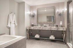 Three Muses - Loft City View Bathroom
