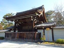 南禅寺勅使門。前は駐車場です。