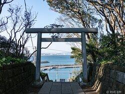 鳥居の向こうに磯崎漁港の景色