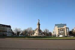 En fait, je ne suis pas persuadé que mettre un monument aux morts au centre d'un rond point est une bonne idée.