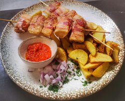 Chicken with panceta, country potato.