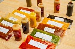 Las salsas de la tribu son uno de los grandes atractivos del lugar.  No dejes de probar la salsa de Cacahuate, la de mango o alguna de las muy picosas como la Negra Tomasa