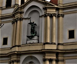 St.Michael an der Aussenfassade über dem Hauptportal