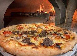 """Pizza """"Bari"""" Pizza mit Trüffel, Salsiccia, Gorgonzola, und Mozzarella ein Genuss..."""