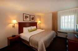 One Bedroom Suite w/ King Bed & Separate Living, Lg Kitchen 525sf
