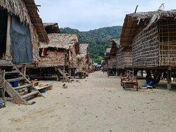 บ้านเรือนของชุมชนชาวมอแกน จะปลูกเว้นระยะห่างกันพอสมควร ด้านหน้าทางเข้าบ้าน จะอยู่ ฝั่งทางเดินหลักตรงกลาง ครับ