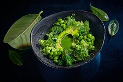 Зеленый салат с авокадо, эдамаме, чука
