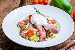 Салат English Подушка из айсберга, свежих овощей и жареных вешенок c нежным ростбифом. Украшается помидорами черри, сыром Пармезан и яйцом пашот.
