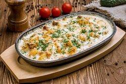 Скоблянка  Запеченные на сковороде с сливочном соусе кусочки обжаренной свинины и картофеля под сыром.