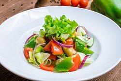 Салат 6 соток Свежий салат из томатов, огурцов, болгарского перца, редиса с красным лучком. Подаётся по вашему вкусу со сметаной или маслом.