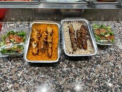Assiette brochette; agneau, poulet et salade prêts à être parti pour la livraison.
