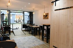 Salle de restaurant chaleureuse et convivIale, accès PMR