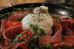 Нежная, желанная, легкая буррата! Ее можно есть бесконечно и не перестать восхищаться ей. А если она подается с итальянским прошутто крудо и томатами, то вы влюбитесь в нее с 1 взгляда.
