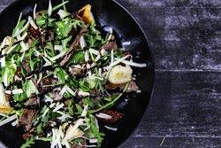 Легкий салат из рукколы, ромэна, грана падано и говядина - вариант для неплотного обеда или ужина.