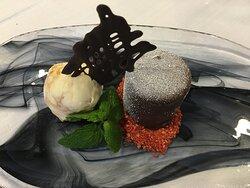 Der Schokaladenkuchen mit Schokoladenmousse, Himbergelee und Haselnuss Praline