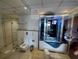 SUITE - Huge Bathroom with Jacuzzi