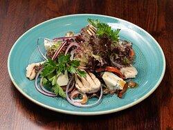 Салат с куриной грудкой и голубым сыром