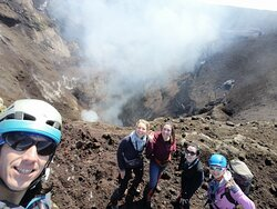 Nuestros guías con su grupo en la cumbre del Volcán Villarrica