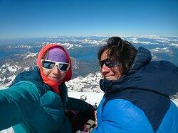 Los guías y dueños de la agencia, felices en la cumbre del Volcán Lanín