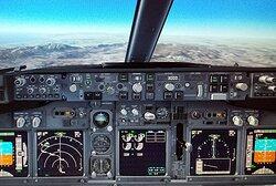 Сядьте в настоящую копию кабины Boeing 737 и наслаждайтесь видами на реалистичных экранах с высокой четкости. Испытайте разные погодные условия и то, как они влияют на полет. Слушайте настоящие звуки управления полетом, взлетайте и приземляйтесь в выбранном вами аэропорту. С самого начала к вам будут обращаться «капитан». Автосимулятор полета Flight Experience – это идеальный способ испытать полет и приобрести летные навыки. Это – захватывающий и невероятный опыт.