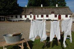 Vasketøjet er hængt til tørre på gårdspladsen.