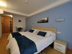 Habitación doble con baño privado y balcón 1 ó 2 camas Azul