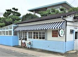 ひょうたん温泉横のブルーの可愛いお店  営業中は、羽釜が外に出ています。
