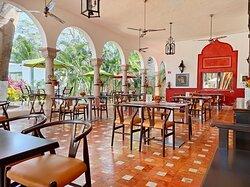 Terraza Valentina, ubicada en lo que fue la sala de máquinas de la hacienda henequenera.