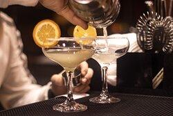 Большой выбор алкогольных и безалкогольных коктейлей