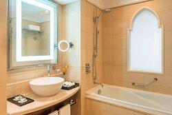 Deluxe Guest Room - Bathroom