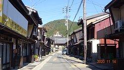 Traditional townscape. 重要伝統的建造物群保存地区に選定されている職人町。この突き当りが「長敬寺」です。