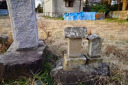 碑の横には屋敷神と想像される祠があり