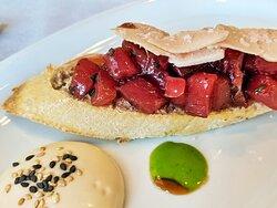 Tosta de tartar de atún rojo con trufa y virutas de foie