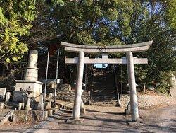 鳥居越しに神社の石段を見ました。(撮りました)