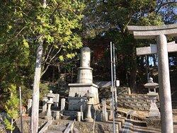 しつこく鳥居の左横の石碑を見ています。(撮りました)